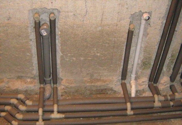 прячем трубы в стены и в стяжку