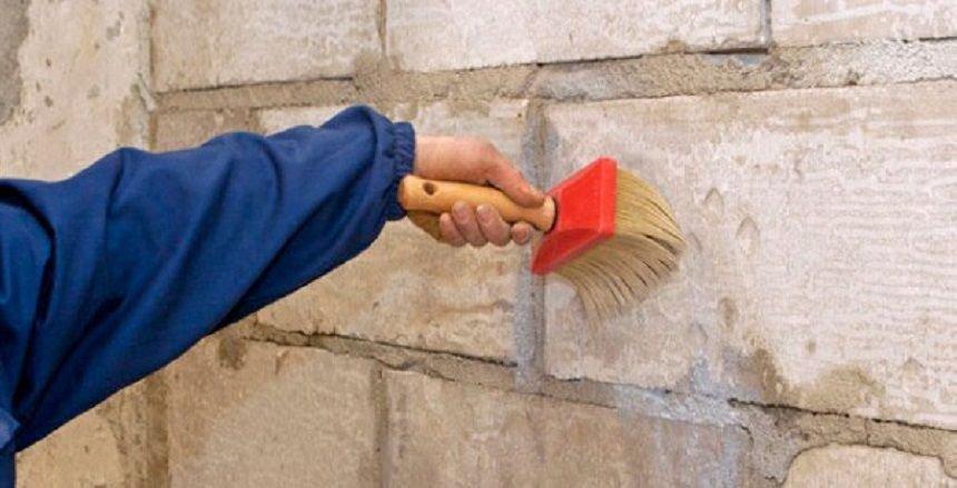 грунтуем стену макловицей
