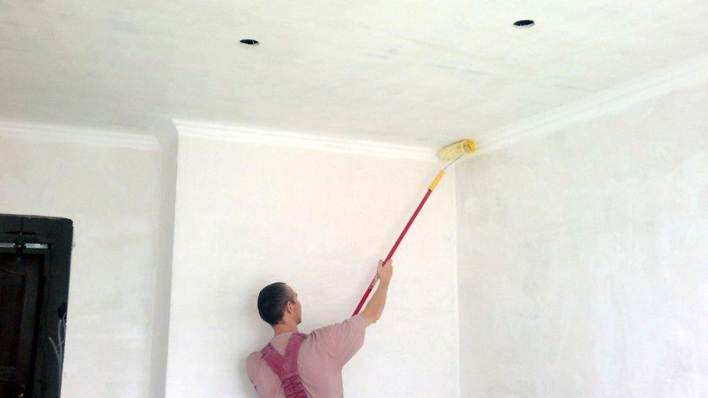 нанесение клея на потолок