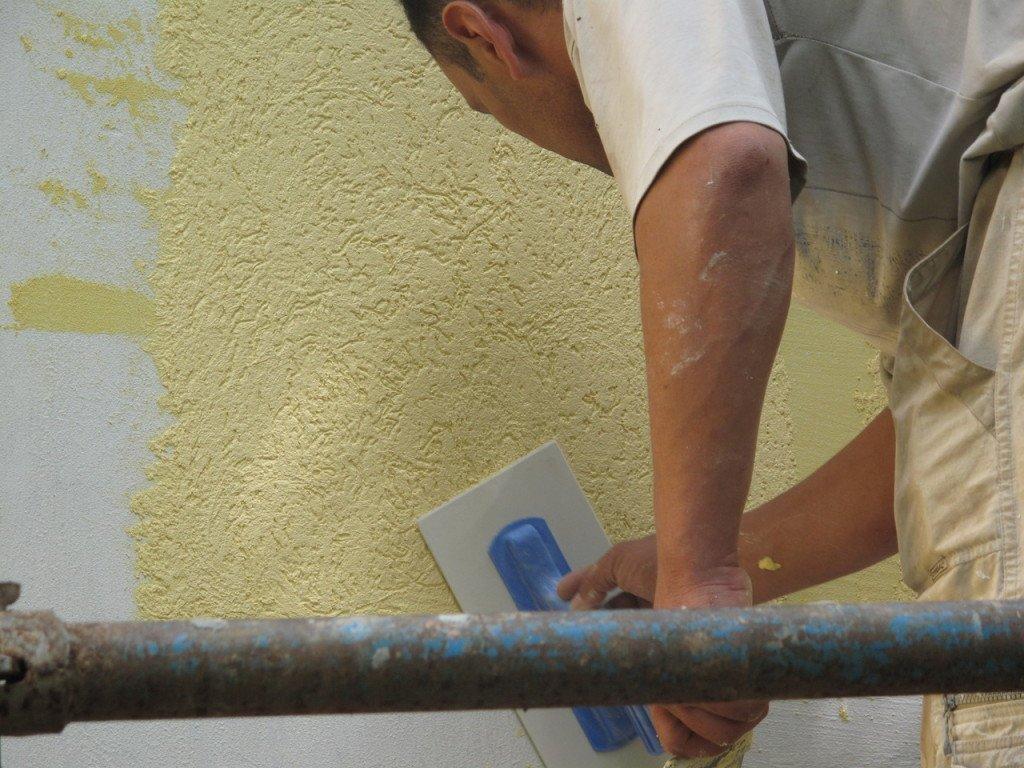 нанесение фактурной краски на стену