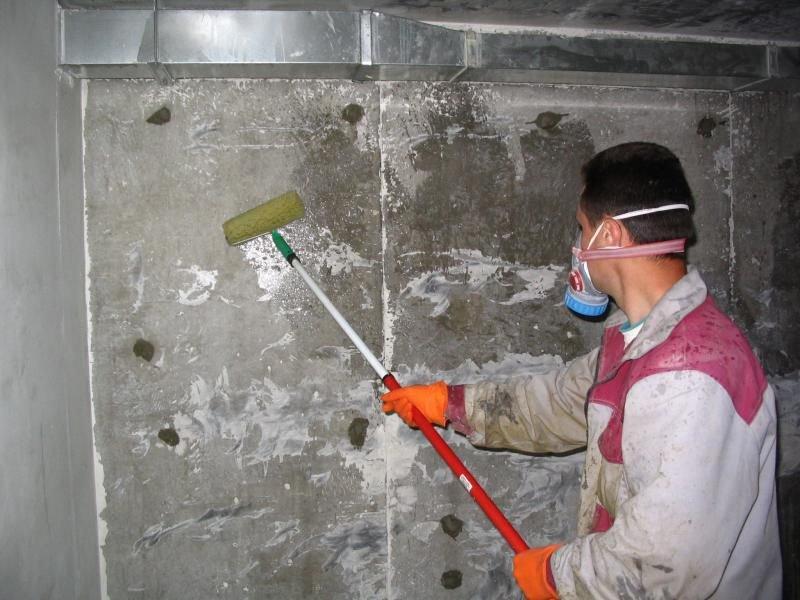 нужно ли грунтовать бетонные стены перед штукатуркой цементным раствором