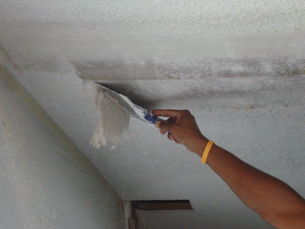 удаляем старое покрытие с потолка