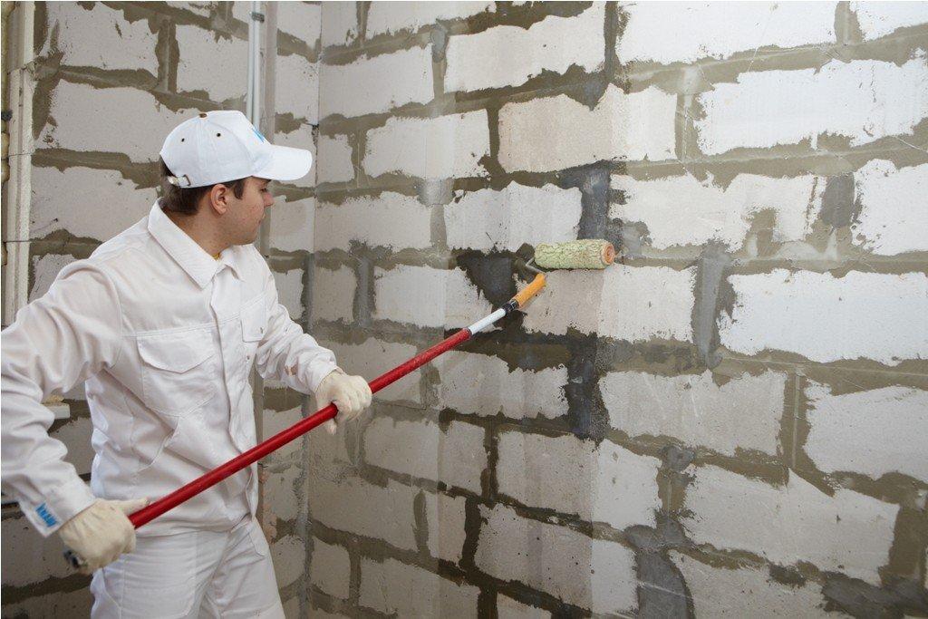 процесс грунтовки стен жидким грунтом