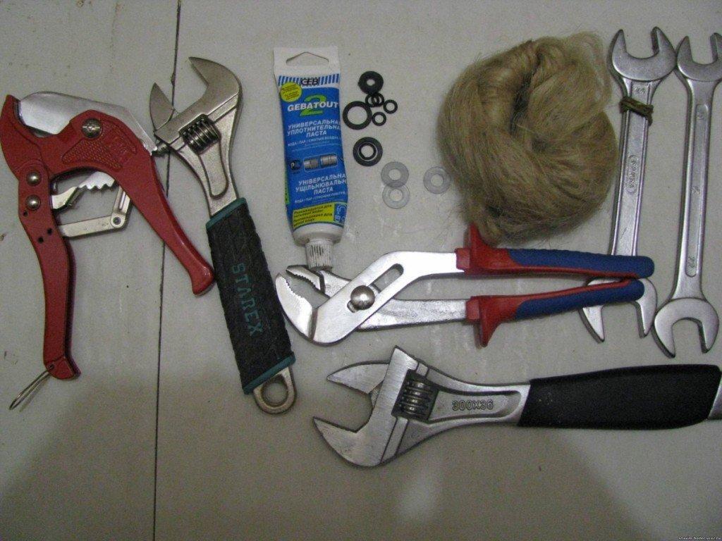 набор инструментов для монтажа труб