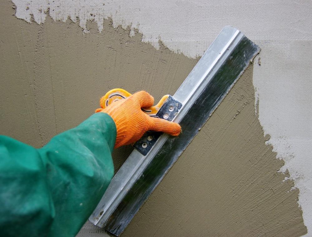 процесс нанесения шпаклёвки фасадным шпателем