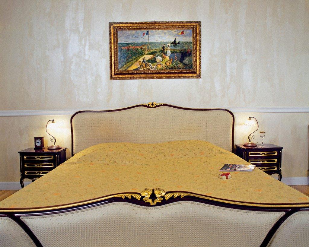 сливочный цвет обоев в спальне