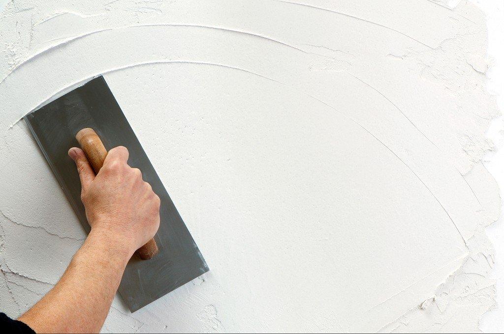 процесс штукатурки стены