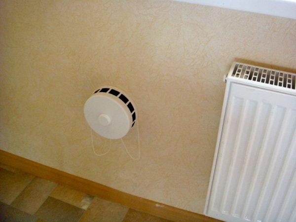 установка приточного клапана в стене квартиры