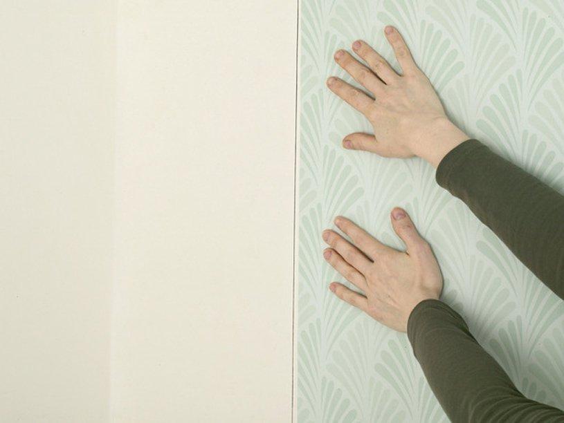Наклеивание на стену
