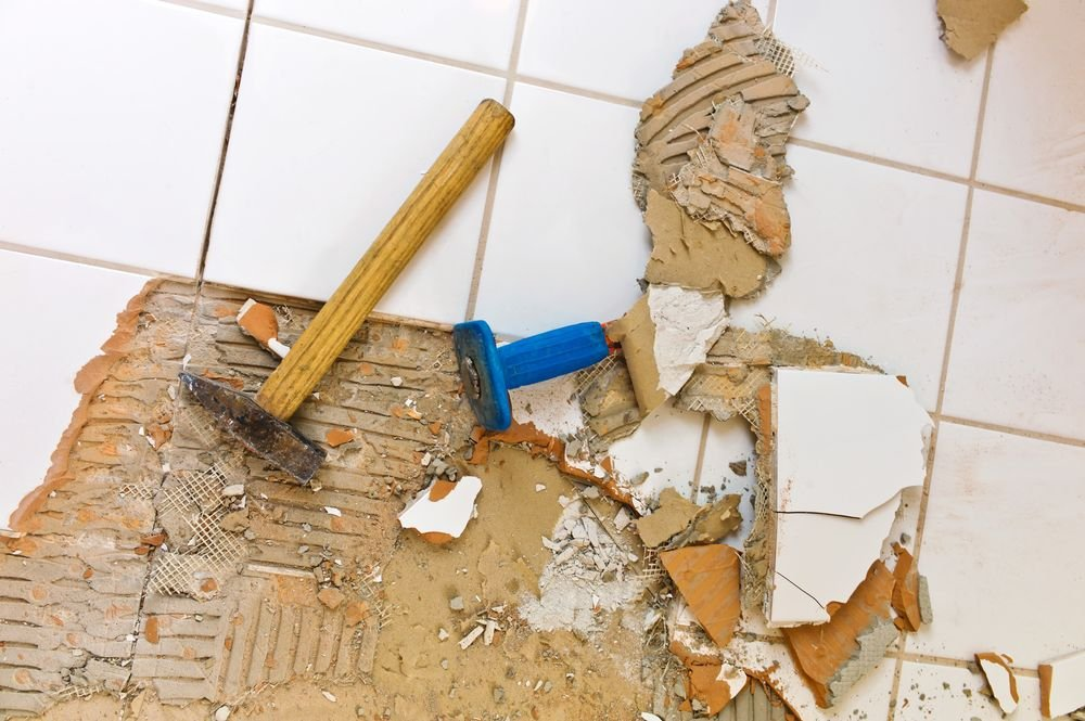 Демонтаж старого пола в ванной