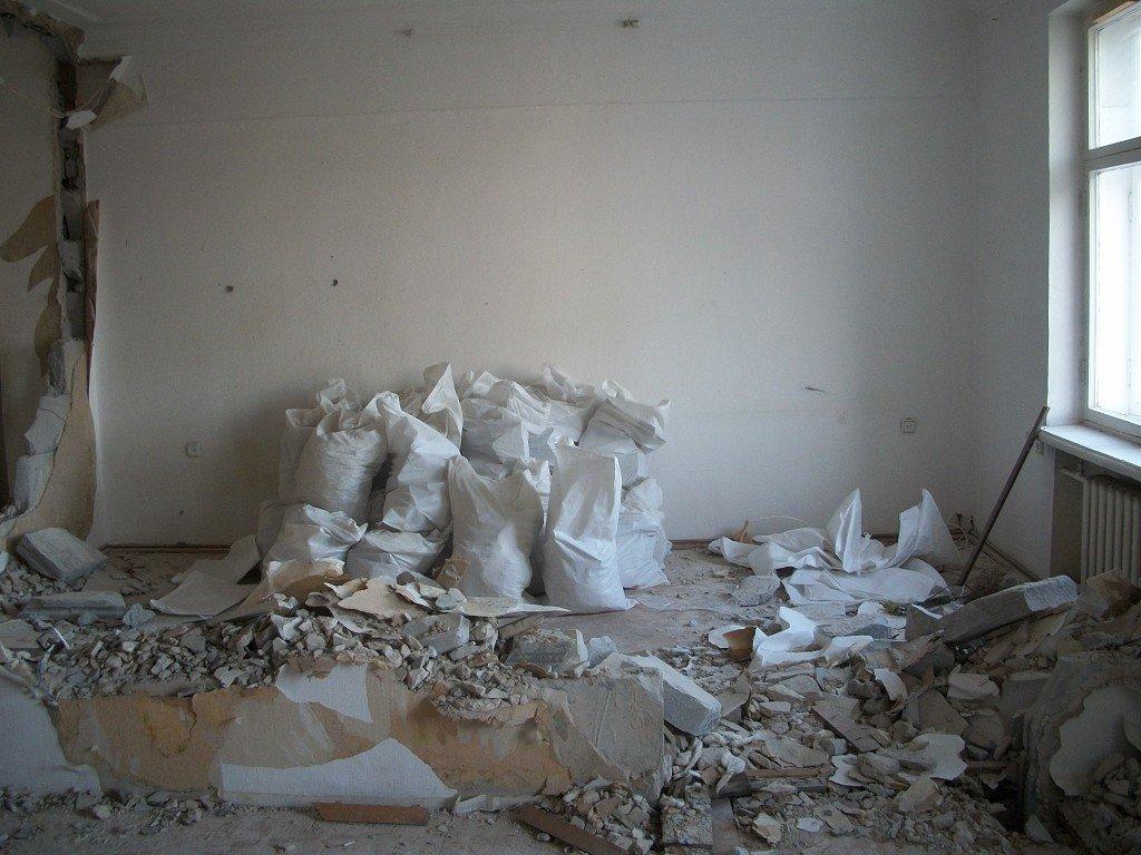 мусор после демонтажа стяжки