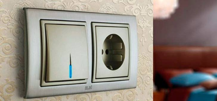 розетка и выключатель на стене