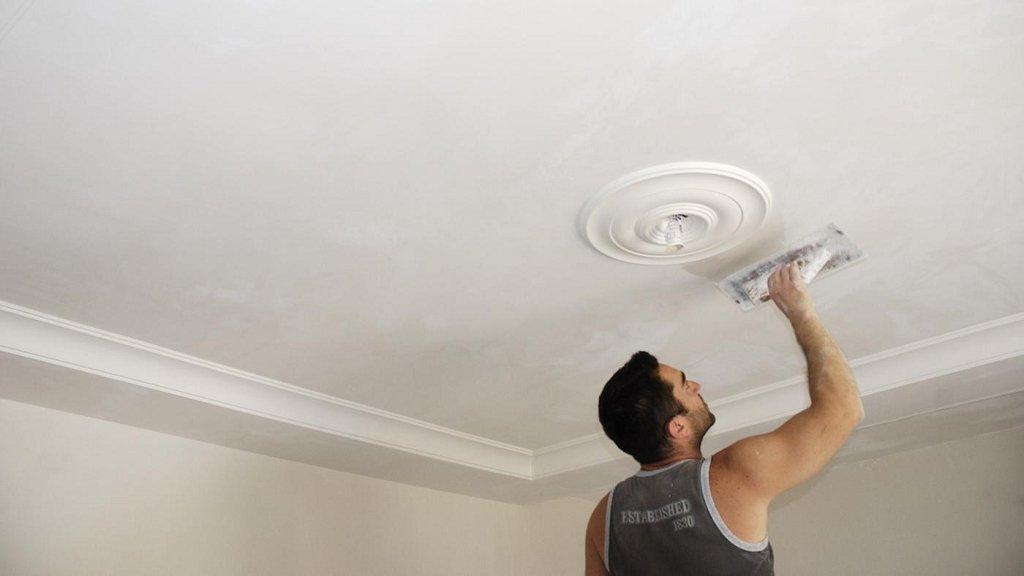 процесс шпаклевки потолка