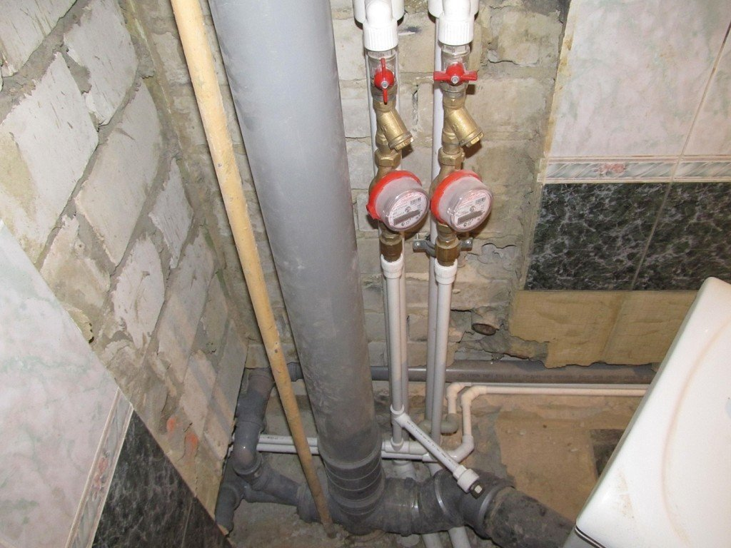 Канализационные и водопроводные трубы в ванной