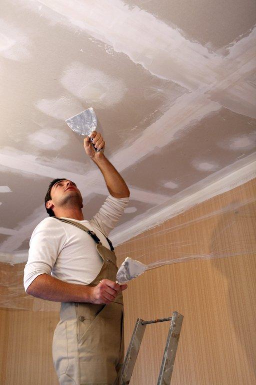 процесс нанесения шпаклевки на потолок