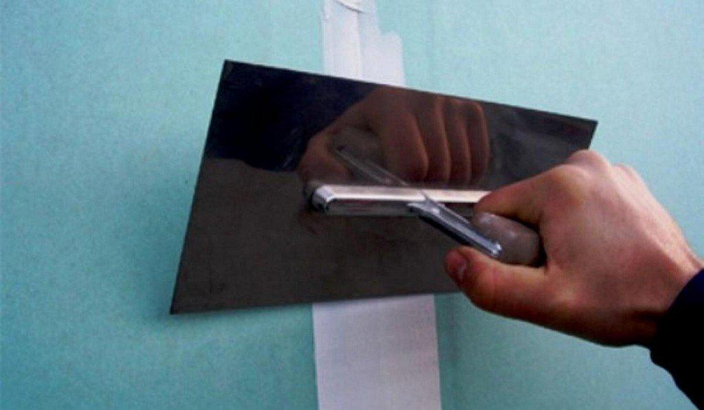 процесс наклеивания бумажной ленты