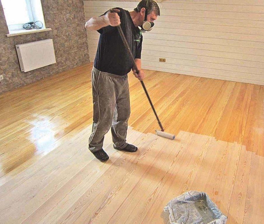 процесс покрытия деревянного пола лаком