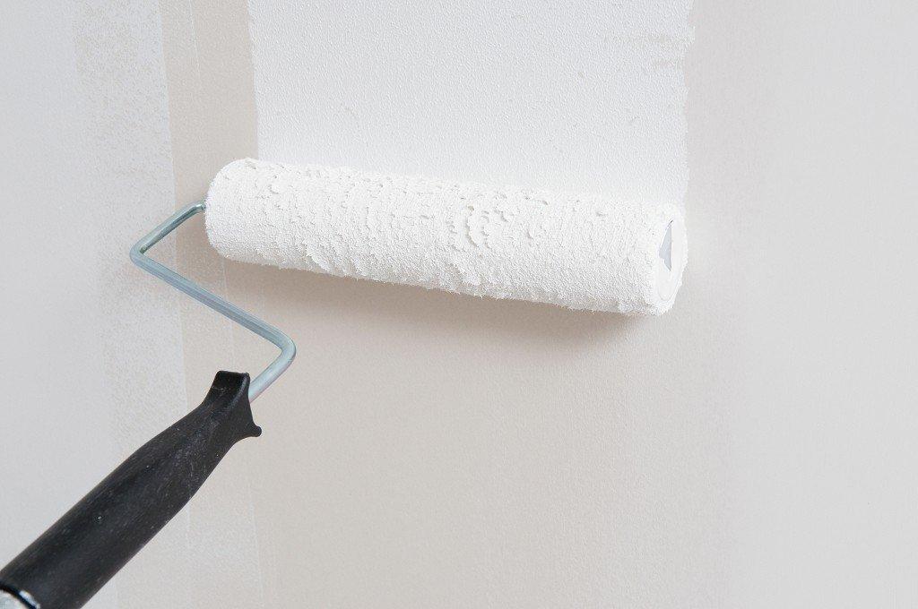 грунтовка стен с помощью валика