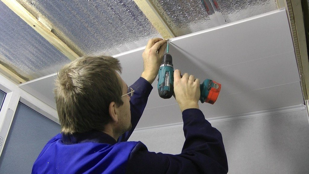 процесс крепления секцилнных ПВХ панелей на потолок