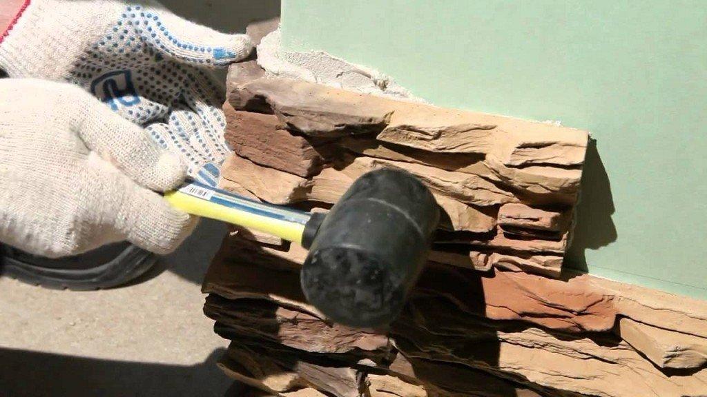 подгонка фрагментов декоративного камня молотком