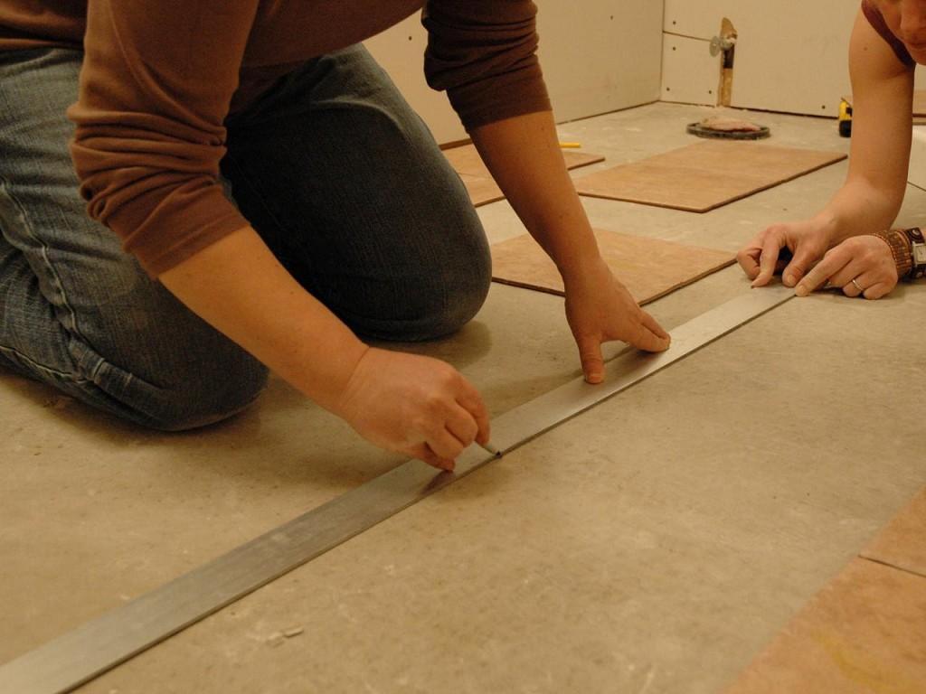 процесс разметки пола для укладки плитки