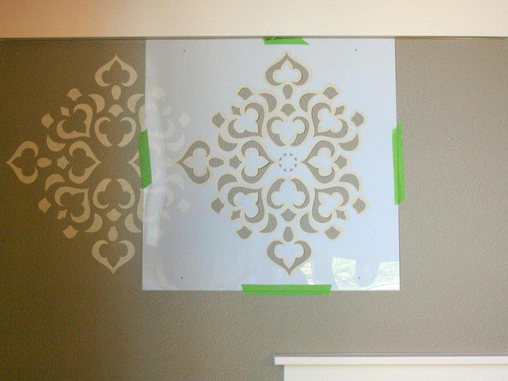 создание рисунка на стене с помощью трафарета