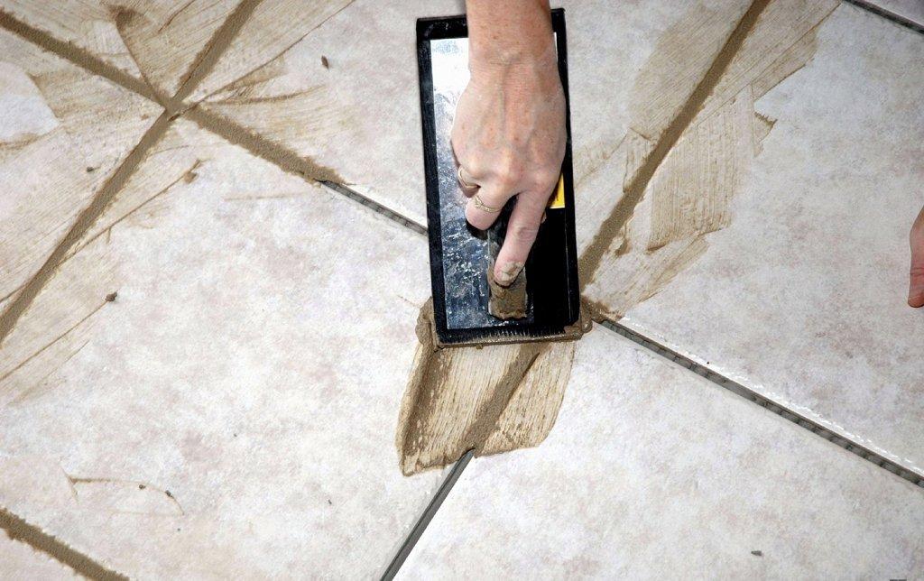 процесс затирки плитки цементной фугой