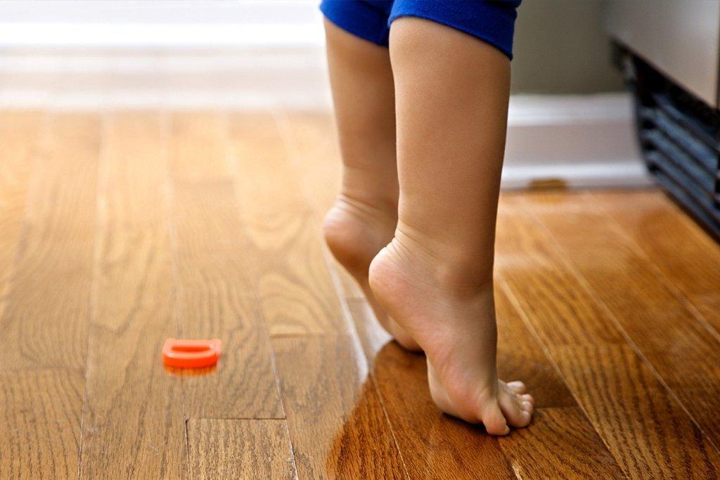 босые детские ноги на паркете