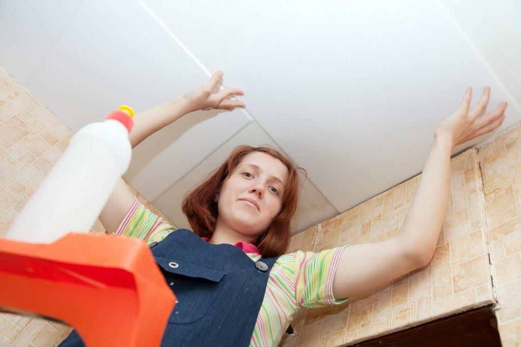приклеивание плитки к потолку