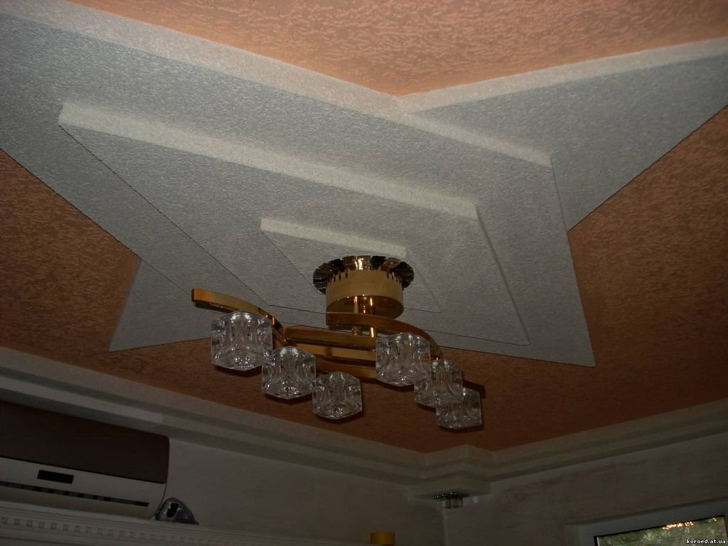 потолок покрытый штукатуркой короед