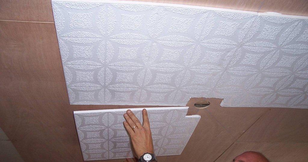 параллельная укладка плитки на потолок