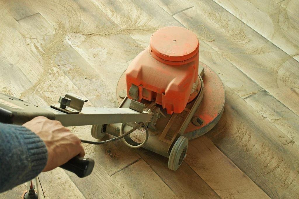 обработка деревянного пола шлифовальной машинкой