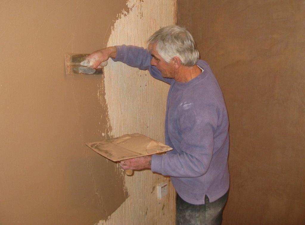 процесс нанесения на стену