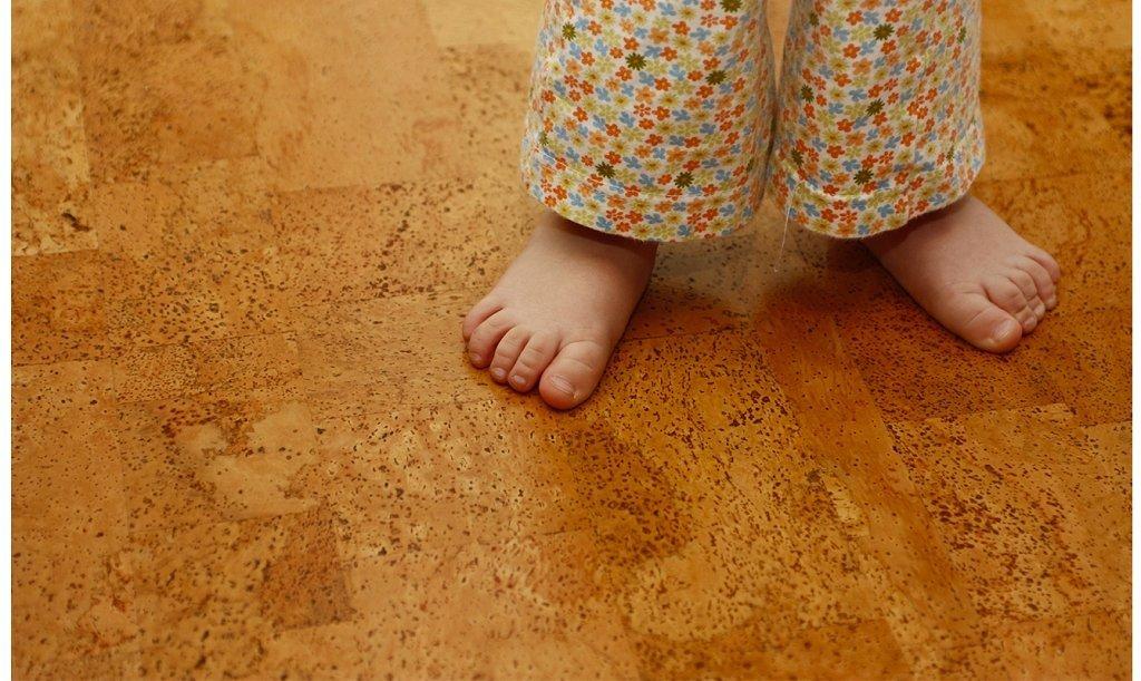 детские ноги на полу из пробкового ламината