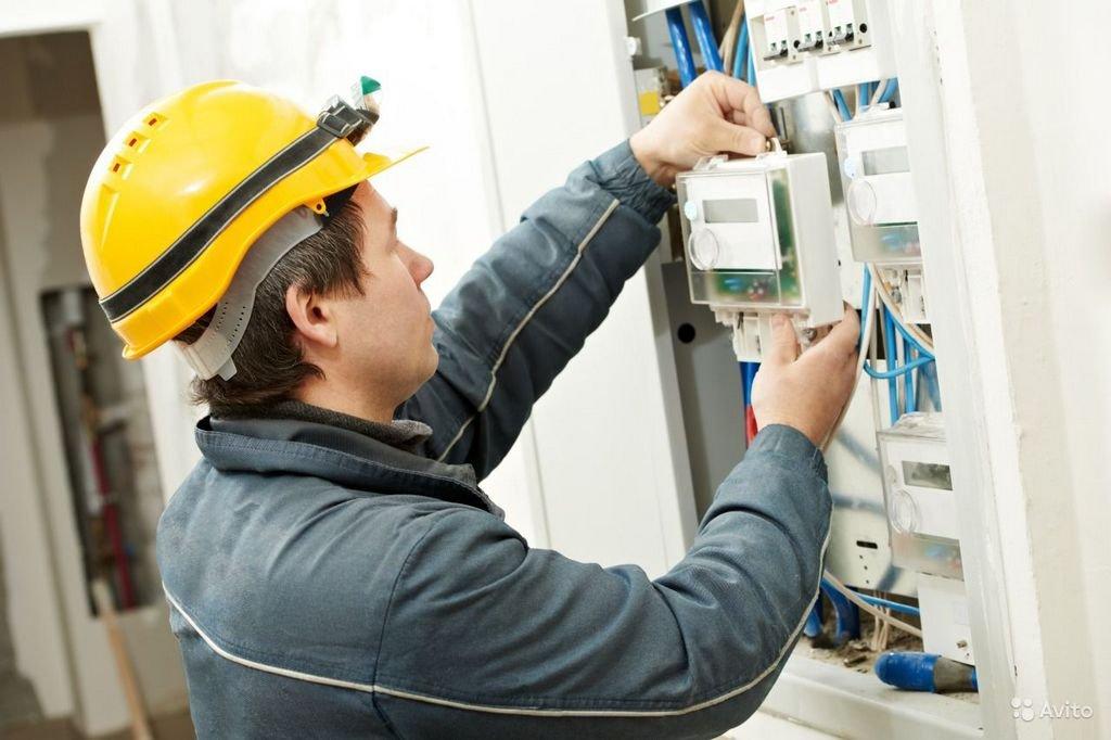 процесс установки электросчетчика