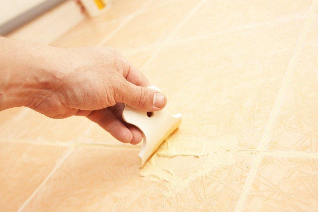 процесс затирки кафельной плитки