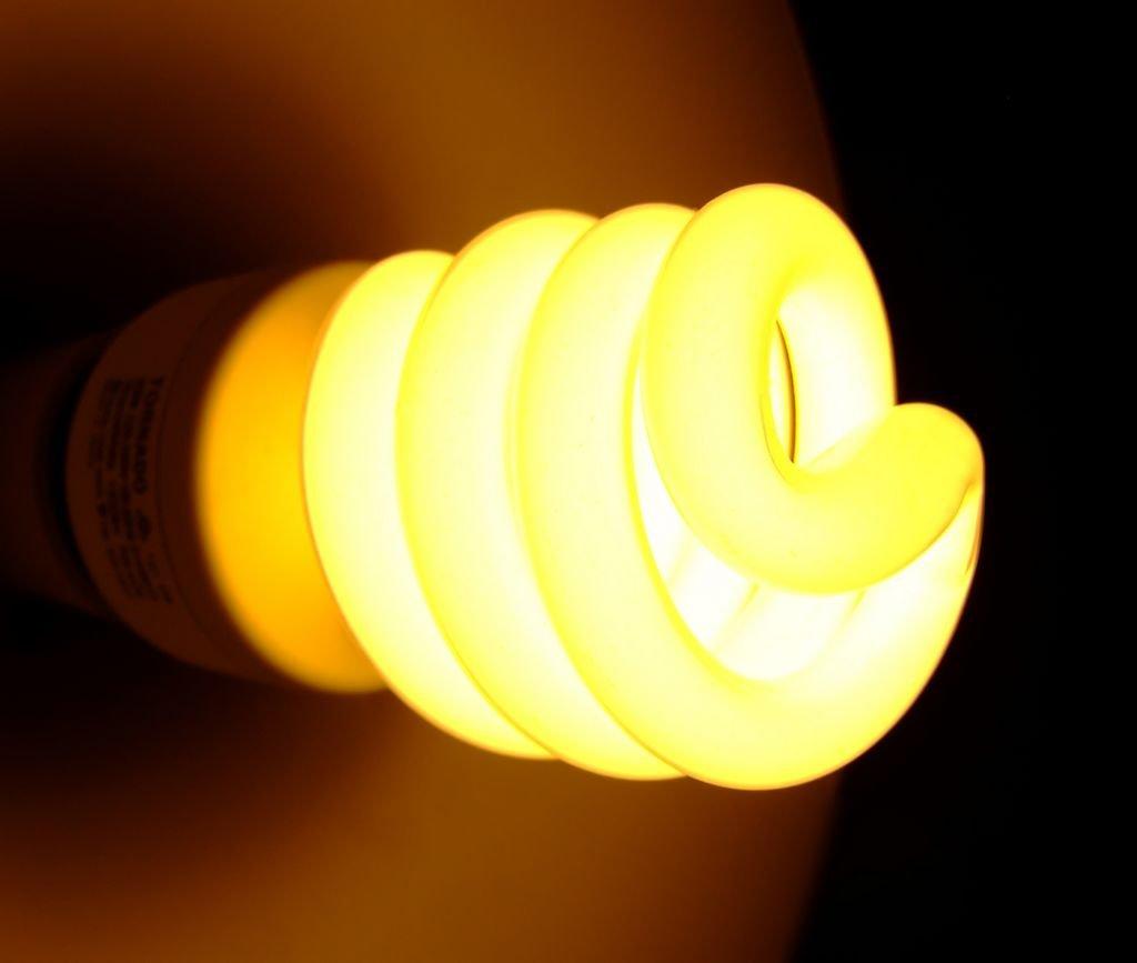 моргание выключенной энергосберегающей лампочки