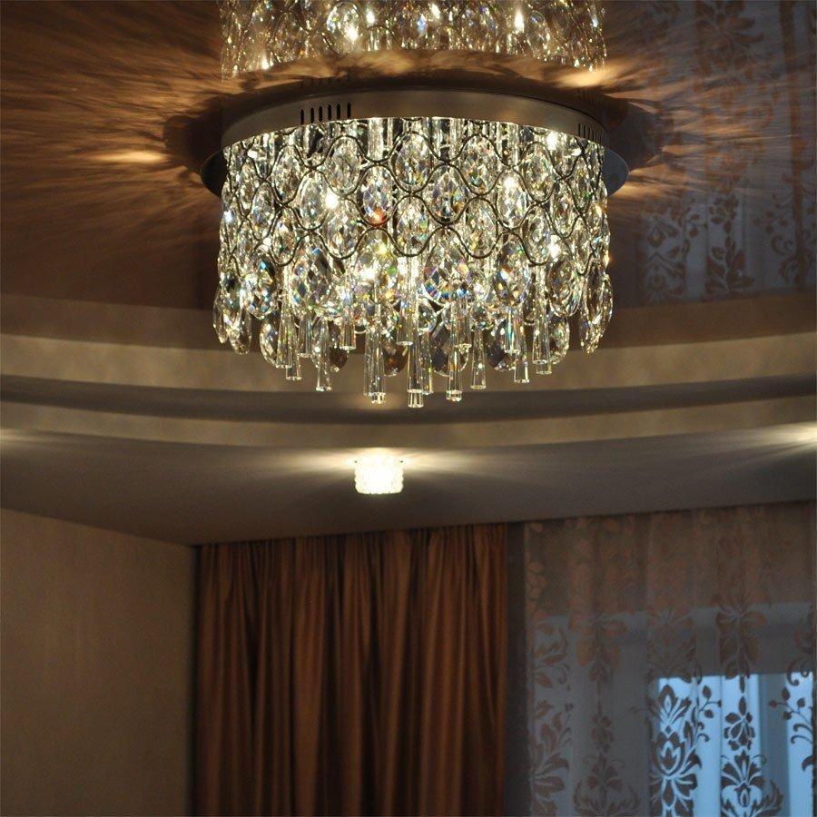 отражение люстры на потолке