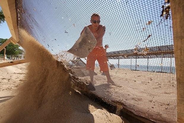набрасывание песка лопатой