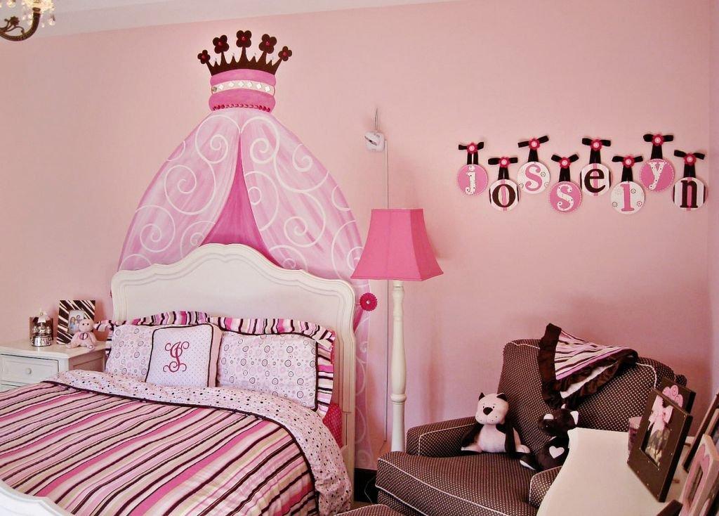 розовый фон в интерьере детской