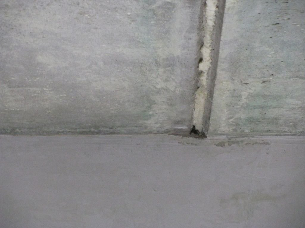 канавка между плитами на потолке