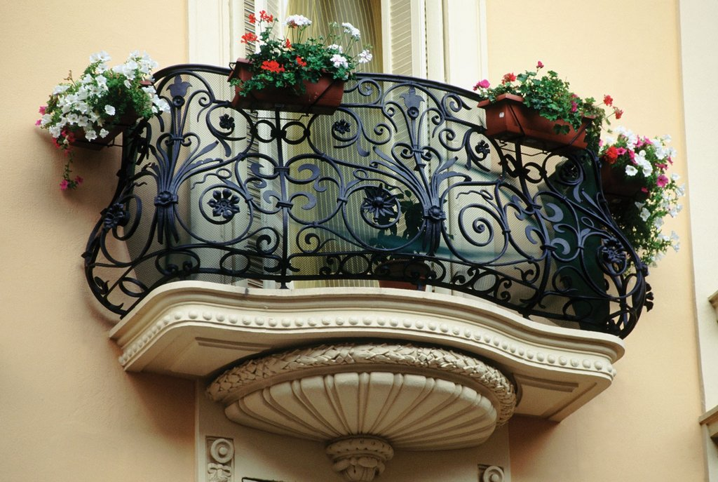 Декоративный балкон с кованым ограждением