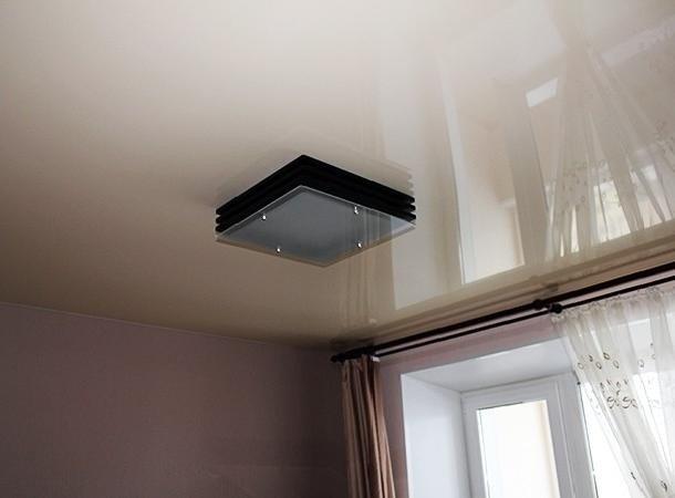 Маскировка поврежденного участка потолка с помощью широкого светильника