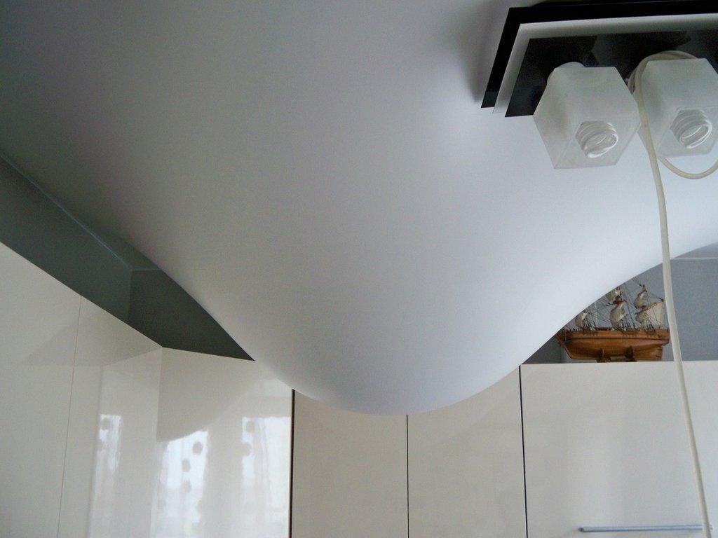 Провисание потолка вследствие утечки воды у соседей сверху