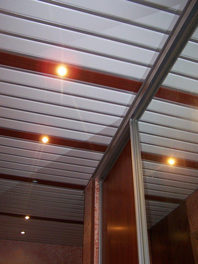 Достоинства реечного потолка
