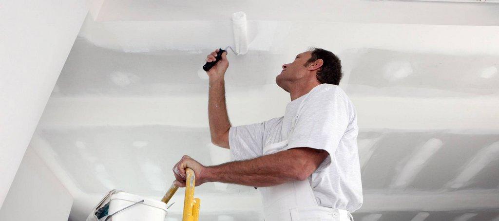 Нанесение грунтовки на потолок из гипсокартона