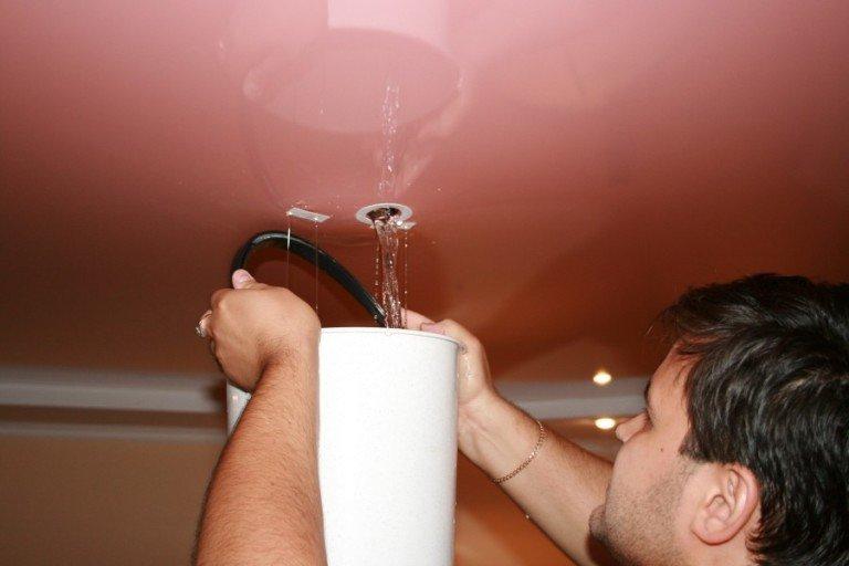 как слить воду из натяжного потолка