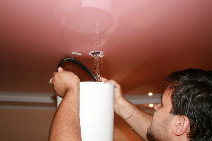 Слив воды через отверстие для светильника