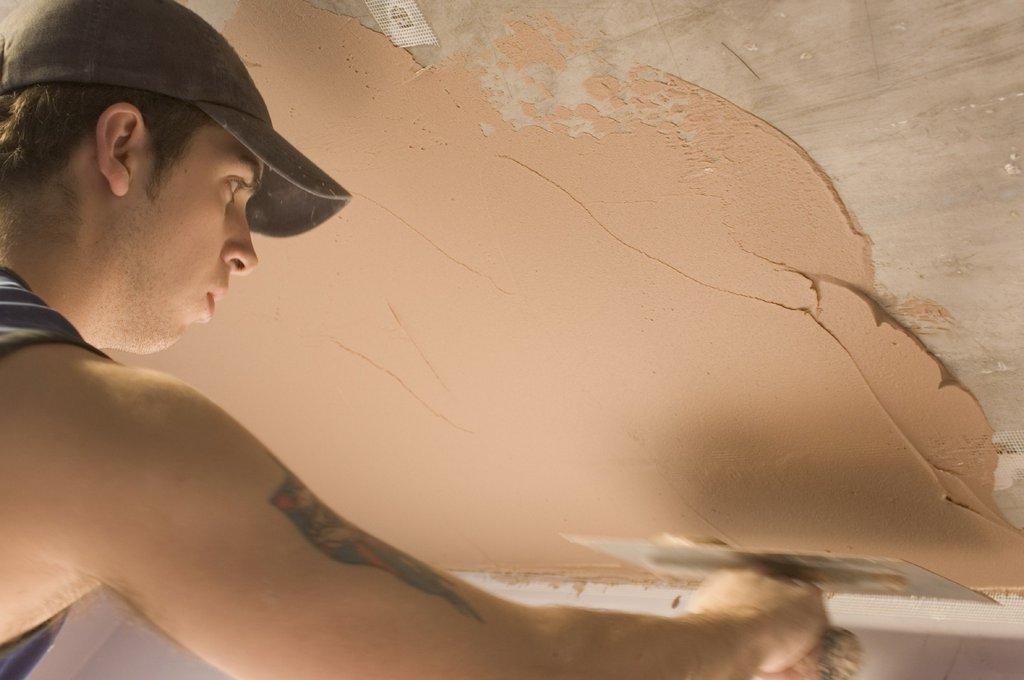 Процесс оштукатуривания потолка
