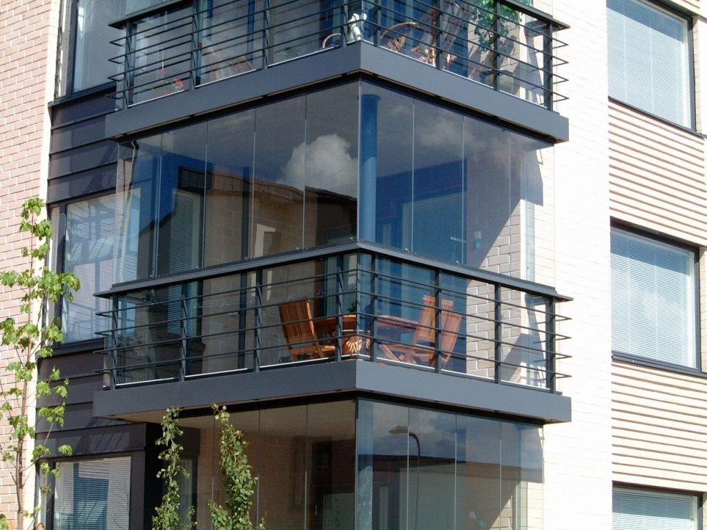 Застекленный балкон похож на лоджию